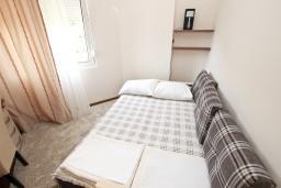 Спальня. Черногория, Бечичи : Апартамент с просторной гостиной, двумя спальнями и балконом с видом на море.