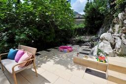 Терраса. Черногория, Ораховац : Двухэтажная вилла в 20 метрах от моря с зеленым двориком, с большой гостиной, двумя отдельными спальнями и двумя ванными комнатами