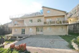Продается трехэтажная вилла в 50 метрах от моря, в Ораховац. 900м2, 2 гостиные, 10 спален, 8 ванных комнат, видовая терраса. Цена - 1'500'000 Евро. в Ораховце