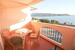 Балкон. Черногория, Герцег-Нови : Апартамент с балконом и шикарным видом на море, с гостиной и двумя отдельными спальнями