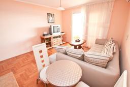Гостиная. Черногория, Герцег-Нови : Апартамент с балконом и шикарным видом на море, с гостиной и двумя отдельными спальнями
