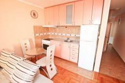 Кухня. Черногория, Герцег-Нови : Апартамент с балконом и шикарным видом на море, с гостиной и двумя отдельными спальнями