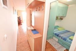 Коридор. Черногория, Герцег-Нови : Апартамент с балконом и шикарным видом на море, с гостиной и двумя отдельными спальнями