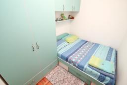 Спальня. Черногория, Герцег-Нови : Апартамент с балконом и шикарным видом на море, с гостиной и двумя отдельными спальнями