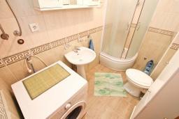 Ванная комната. Черногория, Герцег-Нови : Апартамент с балконом и шикарным видом на море, с гостиной и двумя отдельными спальнями