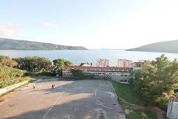 Вид на море. Черногория, Герцег-Нови : Апартамент с балконом и шикарным видом на море, с гостиной и двумя отдельными спальнями