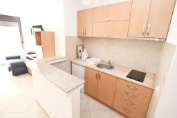 Кухня. Черногория, Рафаиловичи : Апартамент в 50 метрах от моря, с просторной гостиной и отдельной спальней