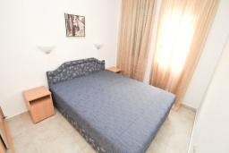 Спальня. Черногория, Рафаиловичи : Апартамент в 50 метрах от моря, с просторной гостиной и отдельной спальней