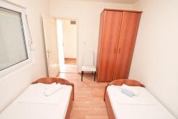 Спальня. Черногория, Прчань : Апартамент 100 метров до моря, с большой гостиной, двумя отдельными спальням и двумя ванными комнатами, с большим балконом, для 4-5 человек