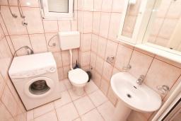 Ванная комната. Черногория, Прчань : Апартамент 100 метров до моря, с большой гостиной, двумя отдельными спальням и двумя ванными комнатами, с большим балконом, для 4-5 человек