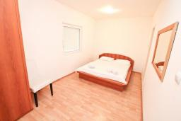 Спальня 2. Черногория, Прчань : Апартамент 100 метров до моря, с большой гостиной, двумя отдельными спальням и двумя ванными комнатами, с большим балконом, для 4-5 человек