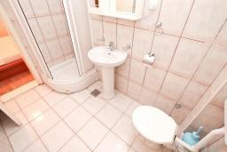 Ванная комната 2. Черногория, Прчань : Апартамент 100 метров до моря, с большой гостиной, двумя отдельными спальням и двумя ванными комнатами, с большим балконом, для 4-5 человек