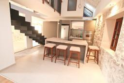Гостиная. Черногория, Пераст : Каменная вилла с бассейном и террасой с шикарным видом на залив, с просторной гостиной, тремя отдельными спальнями и двумя ванными комнатами.