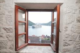 Вид. Черногория, Пераст : Каменная вилла с бассейном и террасой с шикарным видом на залив, с просторной гостиной, тремя отдельными спальнями и двумя ванными комнатами.