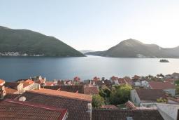 Вид на море. Черногория, Пераст : Каменная вилла с бассейном и террасой с шикарным видом на залив, с просторной гостиной, тремя отдельными спальнями и двумя ванными комнатами.