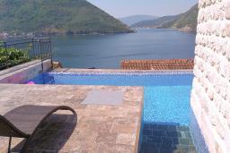 Бассейн. Черногория, Пераст : Каменная вилла с бассейном и террасой с шикарным видом на залив, с просторной гостиной, тремя отдельными спальнями и двумя ванными комнатами.