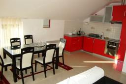 Кухня. Черногория, Петровац : Люкс апартамент для 4 человек с двумя отдельными спальнями, с балконом и видом на море