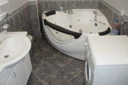 Ванная комната. Черногория, Петровац : Люкс апартамент для 4 человек с двумя отдельными спальнями, с балконом и видом на море
