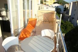 Терраса. Черногория, Петровац : Люкс апартамент для 4 человек с двумя отдельными спальнями, с балконом и видом на море