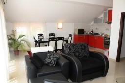 Гостиная. Черногория, Петровац : Люкс апартамент для 4 человек с двумя отдельными спальнями, с балконом и видом на море