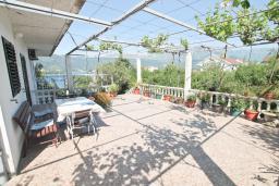 Терраса. Черногория, Обала Джурашевича : Апартамент в 30 метрах от пляжа, с тремя отдельными спальнями, с террасой и видом на море