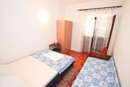 Спальня 2. Черногория, Обала Джурашевича : Апартамент в 30 метрах от пляжа, с тремя отдельными спальнями, с террасой и видом на море
