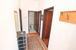 Коридор. Черногория, Обала Джурашевича : Апартамент в 30 метрах от пляжа, с тремя отдельными спальнями, с террасой и видом на море