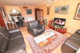 Гостиная. Черногория, Петровац : Апартамент с двумя гостиными, тремя отдельными спальнями, двумя ванными комнатами, террасой