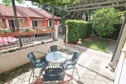 Терраса. Черногория, Петровац : Апартамент с двумя гостиными, тремя отдельными спальнями, двумя ванными комнатами, террасой