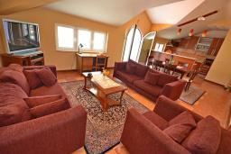 Гостиная. Черногория, Доброта : Апартамент для 6 человек, с 3-мя отдельными спальнями, с 2-мя ванными комнатами (ванна и душ), с большой гостиной, с террасой с шикарным видом на море, 20 метров до пляжа
