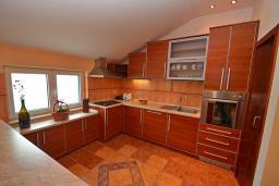 Кухня. Черногория, Доброта : Апартамент для 6 человек, с 3-мя отдельными спальнями, с 2-мя ванными комнатами (ванна и душ), с большой гостиной, с террасой с шикарным видом на море, 20 метров до пляжа