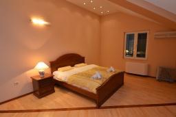 Спальня. Черногория, Доброта : Апартамент для 6 человек, с 3-мя отдельными спальнями, с 2-мя ванными комнатами (ванна и душ), с большой гостиной, с террасой с шикарным видом на море, 20 метров до пляжа