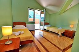 Спальня 2. Черногория, Доброта : Апартамент для 6 человек, с 3-мя отдельными спальнями, с 2-мя ванными комнатами (ванна и душ), с большой гостиной, с террасой с шикарным видом на море, 20 метров до пляжа