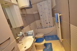 Ванная комната. Черногория, Доброта : Апартамент для 6 человек, с 3-мя отдельными спальнями, с 2-мя ванными комнатами (ванна и душ), с большой гостиной, с террасой с шикарным видом на море, 20 метров до пляжа
