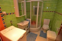 Ванная комната 2. Черногория, Доброта : Апартамент для 6 человек, с 3-мя отдельными спальнями, с 2-мя ванными комнатами (ванна и душ), с большой гостиной, с террасой с шикарным видом на море, 20 метров до пляжа