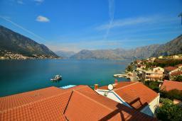 Вид на море. Черногория, Доброта : Апартамент для 6 человек, с 3-мя отдельными спальнями, с 2-мя ванными комнатами (ванна и душ), с большой гостиной, с террасой с шикарным видом на море, 20 метров до пляжа