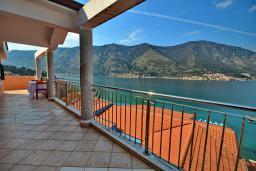 Балкон. Черногория, Доброта : Апартамент для 6 человек, с 3-мя отдельными спальнями, с 2-мя ванными комнатами (ванна и душ), с большой гостиной, с террасой с шикарным видом на море, 20 метров до пляжа