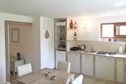 Кухня. Черногория, Столив : Этаж дома в Которе (Столив), с 2-мя отдельными спальнями, с большой гостиной, с зеленым двориком, с террасой, стиральная машина, Wi-Fi, несколько парковочных мест, 100 метров до пляжа.