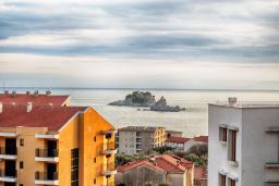 Вид на море. Черногория, Петровац : Современный апартамент с отдельной спальней, с балконом с видом на море
