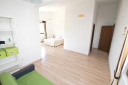 Спальня. Черногория, Утеха : Вилла в 100 метрах от пляжа, с гостиной, четырьмя отдельными спальнями, четырьмя ванными комнатами, местом для барбекю и парковкой.
