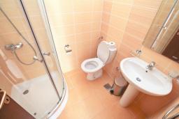 Ванная комната. Черногория, Утеха : Вилла в 100 метрах от пляжа, с гостиной, четырьмя отдельными спальнями, четырьмя ванными комнатами, местом для барбекю и парковкой.