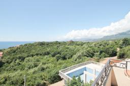 Вид. Черногория, Утеха : Вилла в 100 метрах от пляжа, с гостиной, четырьмя отдельными спальнями, четырьмя ванными комнатами, местом для барбекю и парковкой.