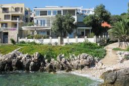 Фасад дома. Черногория, Утеха : Роскошная вилла на берегу моря, с бассейном, бильярдом, двумя гостиными, кухней-столовой, четырьмя отдельными спальнями, тремя ванными комнатами, гаражом.