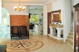 Гостиная. Черногория, Утеха : Роскошная вилла на берегу моря, с бассейном, бильярдом, двумя гостиными, кухней-столовой, четырьмя отдельными спальнями, тремя ванными комнатами, гаражом.