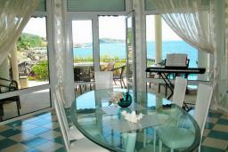 Обеденная зона. Черногория, Утеха : Роскошная вилла на берегу моря, с бассейном, бильярдом, двумя гостиными, кухней-столовой, четырьмя отдельными спальнями, тремя ванными комнатами, гаражом.