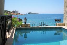 Бассейн. Черногория, Утеха : Роскошная вилла на берегу моря, с бассейном, бильярдом, двумя гостиными, кухней-столовой, четырьмя отдельными спальнями, тремя ванными комнатами, гаражом.