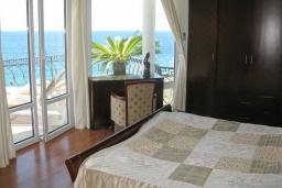 Спальня 2. Черногория, Утеха : Роскошная вилла на берегу моря, с бассейном, бильярдом, двумя гостиными, кухней-столовой, четырьмя отдельными спальнями, тремя ванными комнатами, гаражом.