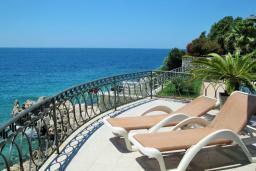 Терраса. Черногория, Утеха : Роскошная вилла на берегу моря, с бассейном, бильярдом, двумя гостиными, кухней-столовой, четырьмя отдельными спальнями, тремя ванными комнатами, гаражом.