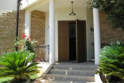 Вход. Продается вилла в Утехе, в 10 метрах от моря. 497м2, гостиная, 5 спален, 4 ванные комнаты, столовая, кухня, мансарда, бассейн, гараж. Цена - 1'250'000 Евро. в Утехе