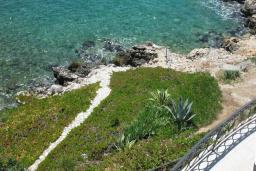 Вид на море. Продается вилла в Утехе, в 10 метрах от моря. 497м2, гостиная, 5 спален, 4 ванные комнаты, столовая, кухня, мансарда, бассейн, гараж. Цена - 1'250'000 Евро. в Утехе
